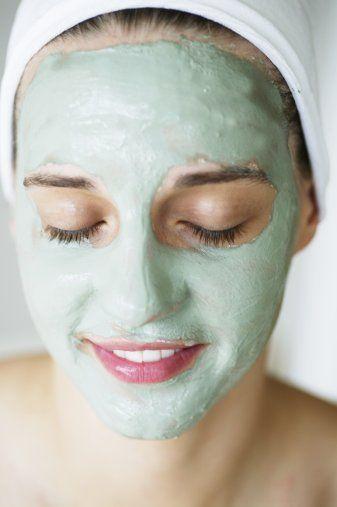 Maske sürmenin incelikleri   • Önce cilt tipinizi belirleyin. Cildinize uygun meyve ya da sebzeyi seçin. Yapraklı sebzeleri kaynar suda 3 dakika bekletip süzün. Soğuyunca cildinizin üzerine yerleştirin. Diğer sebzeleri ise robotta püre haline getirin. Akmayacak kıvama gelince maskeniz hazır demektir.   •  Maskeyi sürmeden önce cildinizi temizleyin. Çünkü kirli cilt maskeyi özümseyemez. Bunun için bir parça pamuğa temizleme sütünü döküp önce tüm cildinizi temizleyin, sonra ılık suyla yıkayıp havlu ile tampon yaparak kurulayın.   • Maskeyi göz ve dudak çevresi hariç tüm yüz ve boynunuza kalın bir tabaka halinde sürün. Kesinlikle bir yere uzanıp kafanızdaki düşünceleri boşaltın. Çünkü bu pozisyon, vücudun gevşemesine yol açarak hem maskenin akmamasını hem de cildin maskeyi daha kolay özümsemesini sağlıyor.   • Önerdiğimiz maske tariflerindeki bekleme sürelerini aynen uygulayın. Aksi durumda maske cildinize zarar verebilir. Maskeyi temizlemek için ılık suya batırılmış pamukla cildinizi silip yıkayın ve havlu ile tampon yaparak kurulayın.